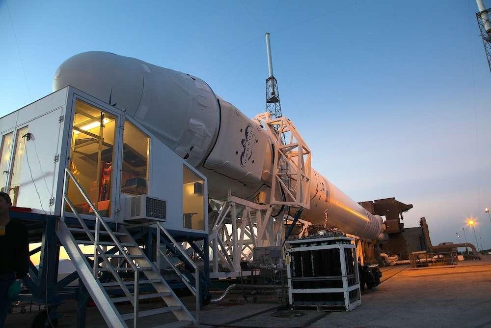 La fin du chargement de la capsule Dragon, au sommet du lanceur Falcon-9, pour la mission CRS-2. Le lancement est prévu vendredi 1er mars. © SpaceX