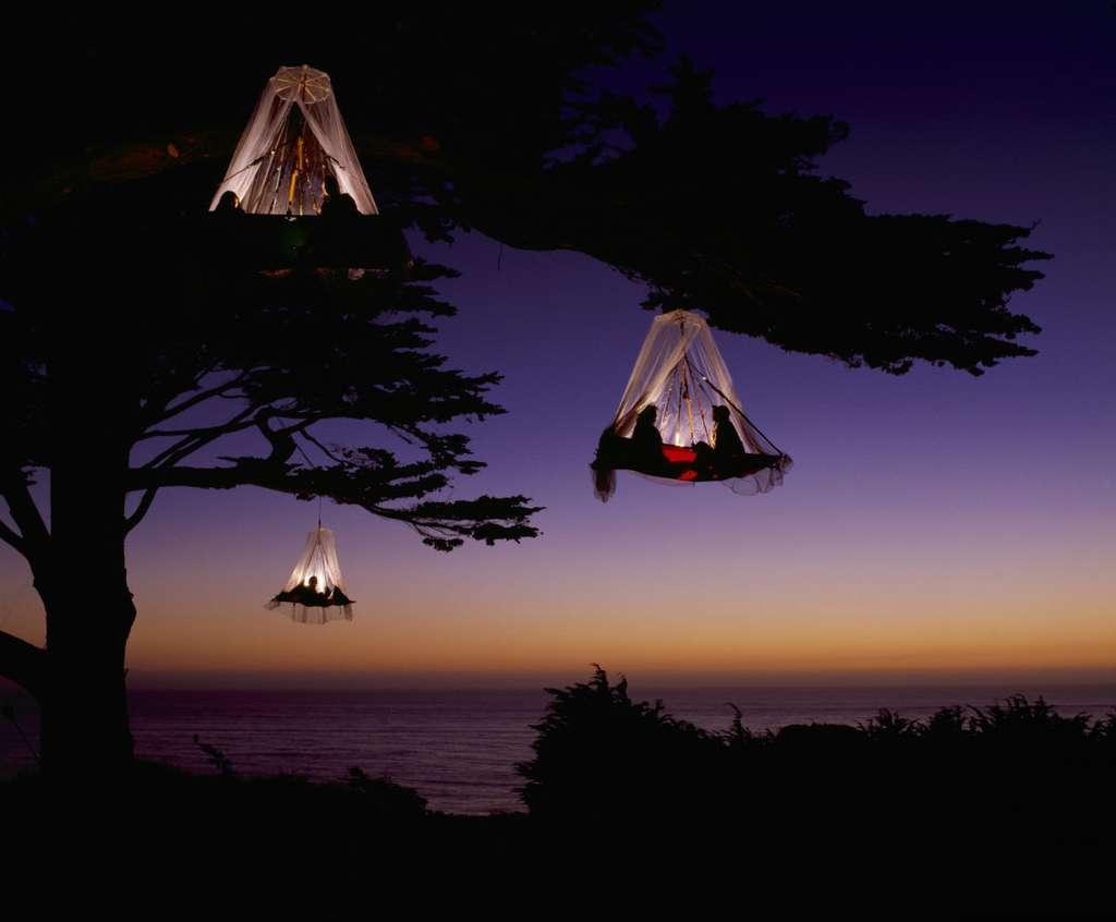 À Waldseilgarten, les lits à baldaquin se balancent dans les branches d'arbres. © Waldseilgarten