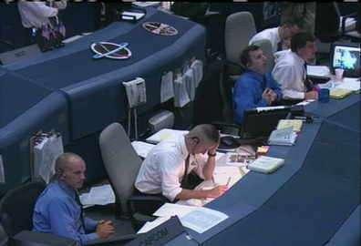Le directeur des opérations au centre de Houston annonce le report de l'atterrissage à l'équipage de Discovery (crédit : NASA-TV)