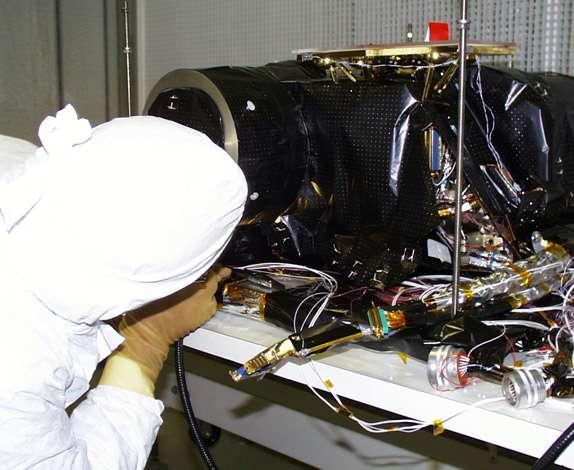 La caméra Osiris/NAC en cours d'assemblage au Laboratoire d'Astrophysique de Marseille avant le lancement de la sonde Rosetta. C'est cette caméra qui prendra les images à haute résolution de l'astéroïde Lutetia lors de son survol le 10 juillet. Crédits LAM (A. Origné)