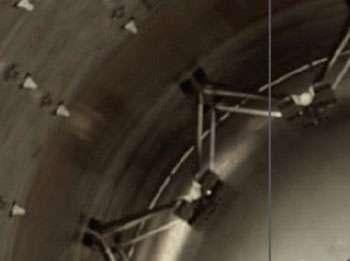 Les fixations montées en V supportant le réservoir d'hélium seraient en cause. © SpaceX