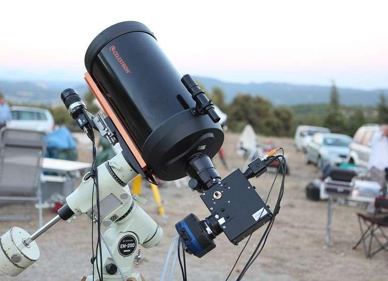 Un spectrographe installé derrière un télescope d'amateur permet désormais de disséquer la lumière des astres observés, un domaine jusque-là réservé aux professionnels. © C. Buil