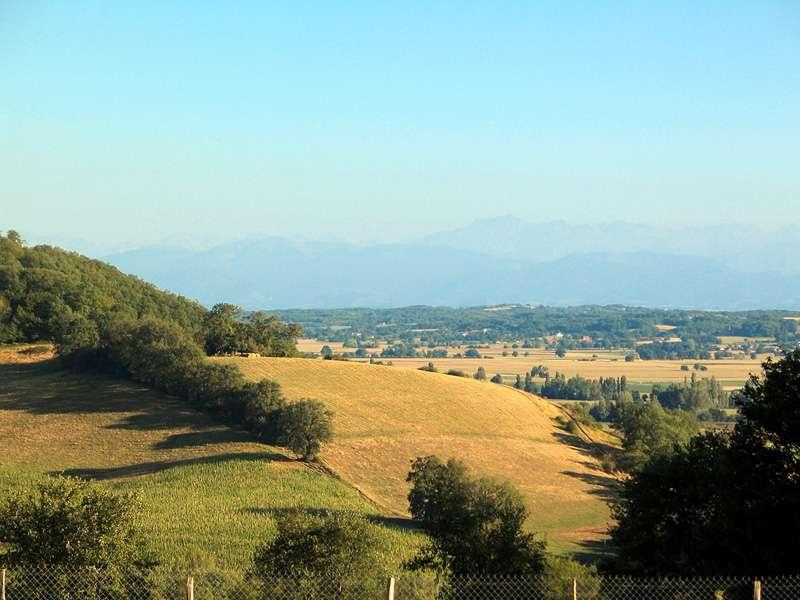 Paysage dans les environs de Marciac, dans le Gers. En arrière-plan, on peut distinguer la chaîne des Pyrénées. © Jean-Noël Lafargue