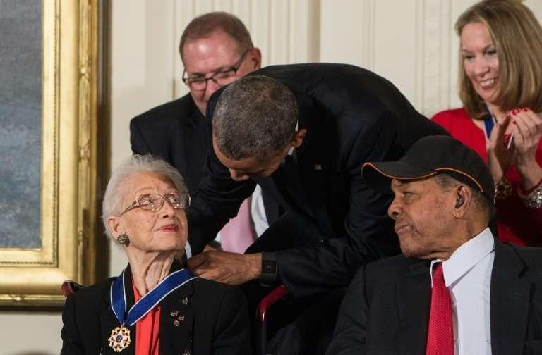 Le président américain Barack Obama remet la Médaille présidentielle de la liberté, plus haute distinction civile américaine, à la mathématicienne de la Nasa, Katherine Johnson, le 24 novembre 2015, à la Maison Blanche à Washington. © Nicholas Kamm, AFP, Archives