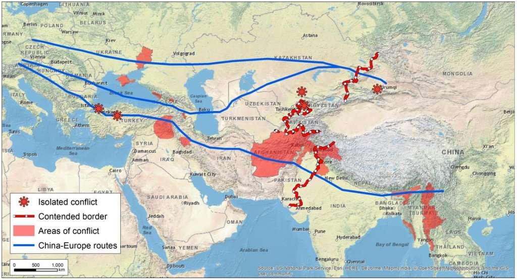 Les trois itinéraires possibles de la route de la soie électrique : le premier, au nord, d'une longueur de 5.600 km, passerait par le Kazakhstan et l'Ukraine. Le deuxième, dit « central », s'étire sur 6.500 km et le troisième, via l'Inde, l'Iran et la Turquie, mesure 8.600 km, mais elle traverse des régions potentiellement riches en vent et en soleil, qui pourraient donc venir s'ajouter au réseau. © JRC