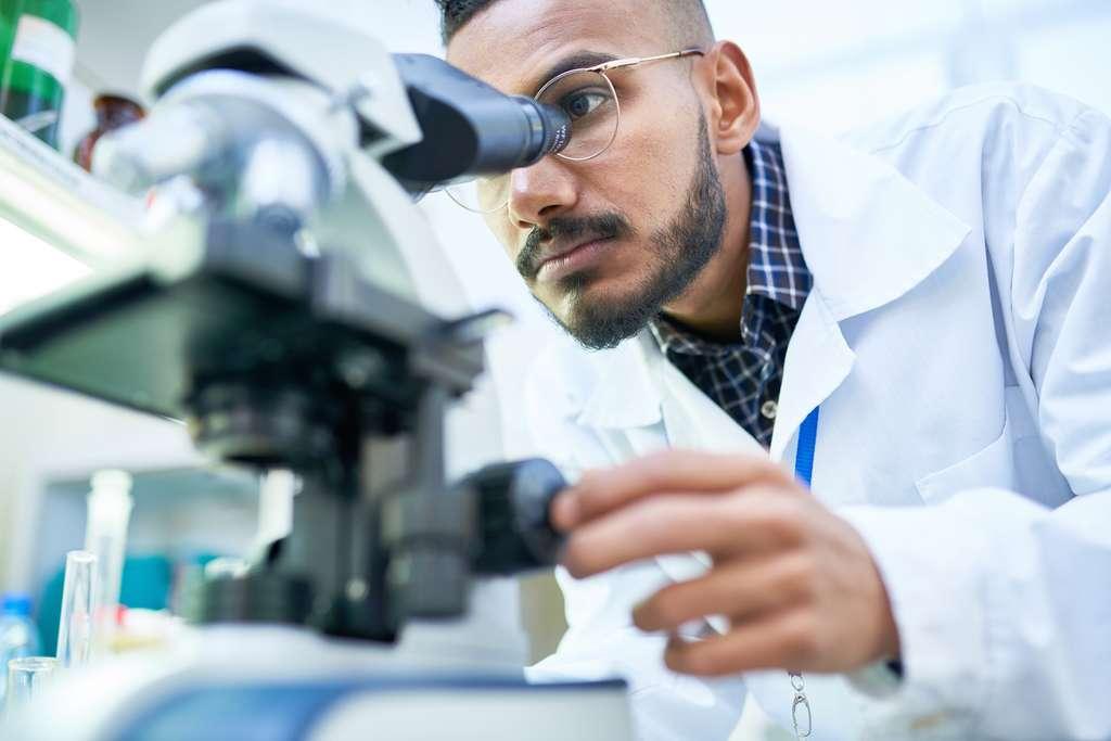 Le radiochimiste est en recherche constante d'innovation afin de réduire la dangerosité des déchets nucléaire. © seventyfour, Fotolia.