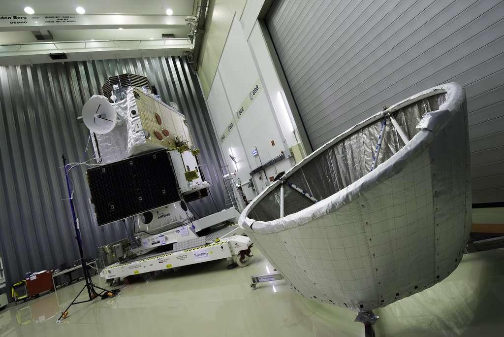La sonde BepiColombo. Notez les deux boucliers thermiques de la mission : au premier plan, Mosif, qui sera installé sur le dessus de la sonde pour protéger l'orbiteur japonais MMO et, déjà installé sur l'orbiteur européen MPO, le bouclier (de couleur verdâtre) qui le protégera du flux thermique et des rayonnements infrarouges. © Rémy Decourt