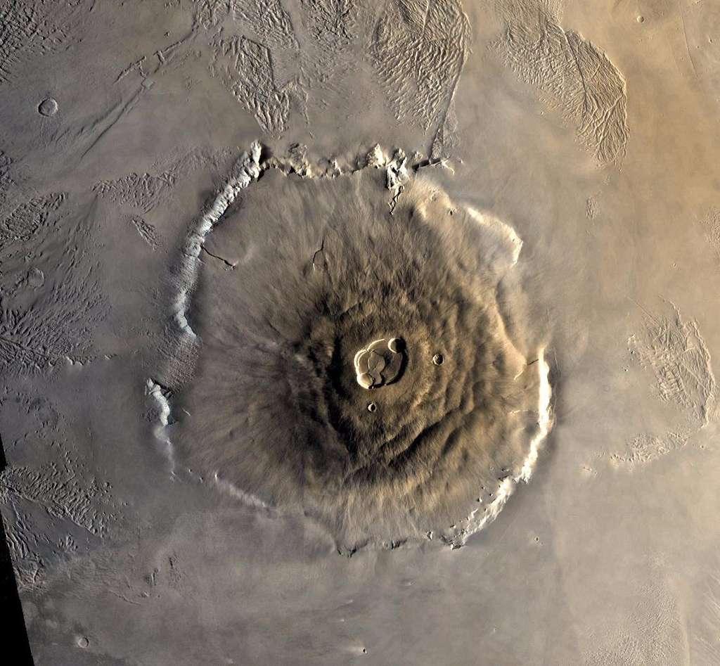 Le plus grand volcan du Système solaire : le mont Olympe (21 km d'altitude) dépeint par Viking Orbiter 1 en 1978 (image mosaïque). © Nasa, JPL