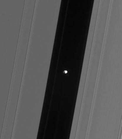 La petite lune Pan dans la division d'Encke (agrandissement). © Nasa-JPL