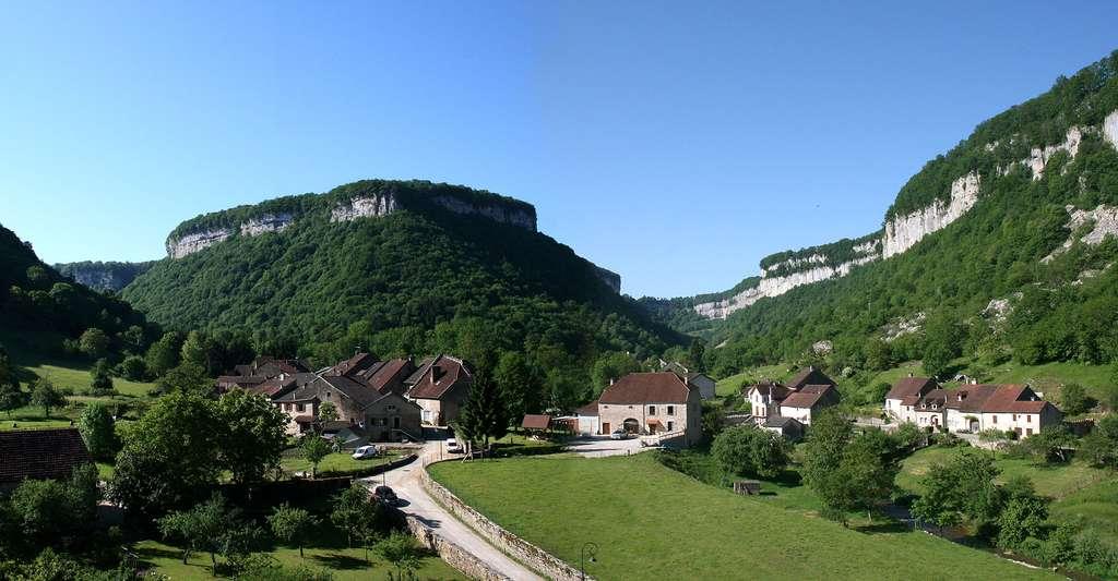 Que diriez-vous de faire du tourisme vert et de partir pour une randonnée dans les montagnes du Jura ? Ici, le village de Baume-les-Messieurs. © Jean-Pol Grandmont, CC by 3.0