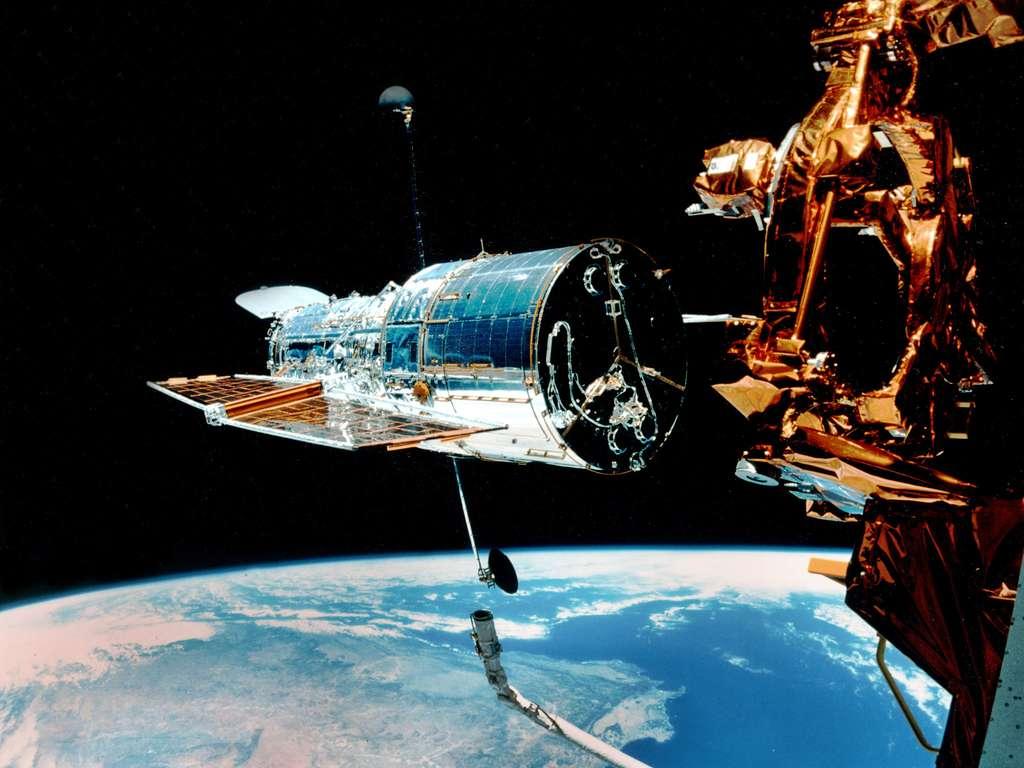 Une vue du télescope Hubble au voisinage de la navette spatiale en 1999. © Nasa