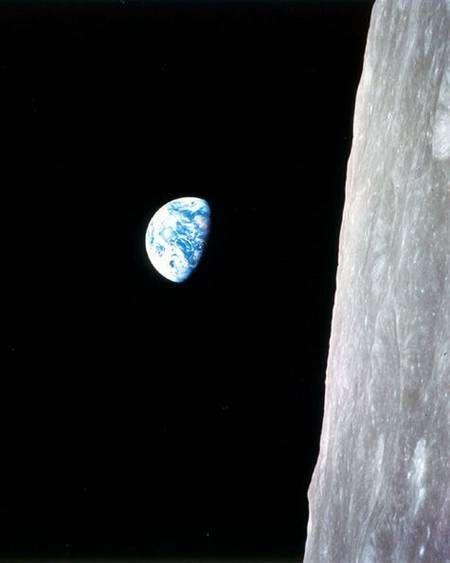 """Photo historique d'un """"lever de Terre"""" depuis Apollo 8 en orbite lunaire. Crédit Nasa"""