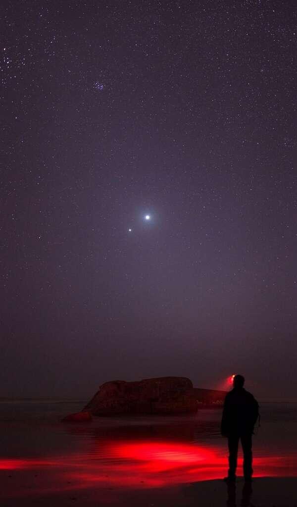 Jupiter et Vénus ont rendez-vous le 15 mars 2012 au-dessus de l'océan. © Laurent Laveder