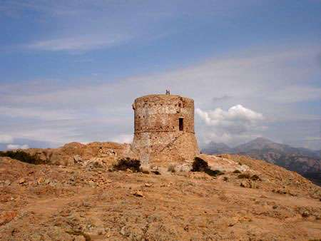 Tour génoise de Torghio au sommet du Capo Rosso en Corse du Sud © Licence de documentation libre GNU