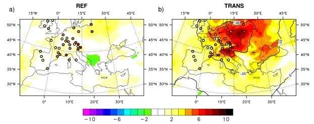 Les couleurs indiquent l'évolution moyenne du rayonnement solaire reçu en surface (en W/m²/décennie) entre 1980 et 2012, simulée en incluant (à droite) ou non (à gauche) la diminution des aérosols sulfatés, en comparaison avec les valeurs observées (points colorés) par le réseau Geba. © Game-CNRS
