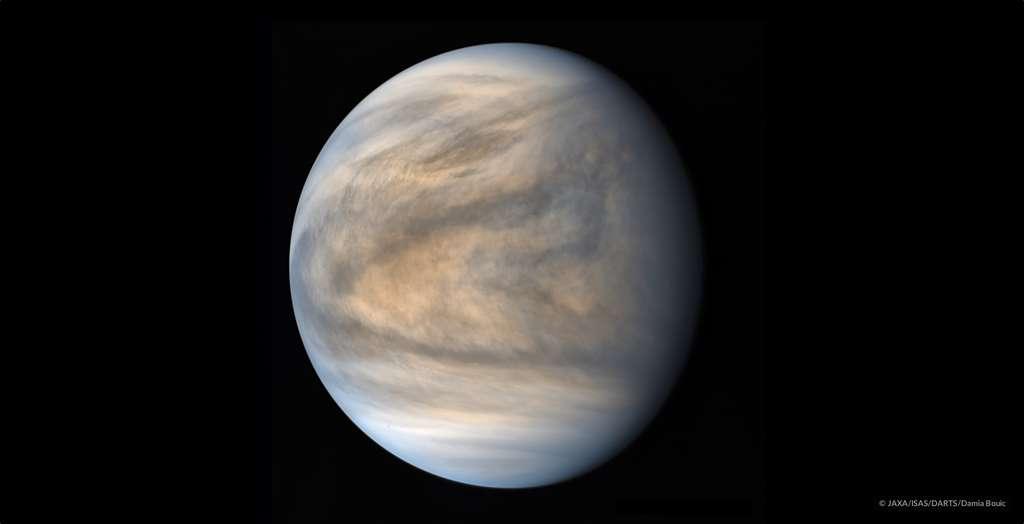 Vénus sous l'œil de la caméra UV1 de la sonde Akatsuki. Image traitée par Damia Bouic. Les pôles sont plus calmes que les régions tropicales. © Jaxa, Isas, Darts, Damia Bouic