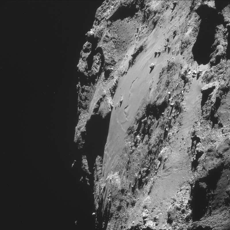 Nouvelle image de la région des rochers de Gizeh où, du haut de ses 45 m (maximum), Cheops se fait contempler. Non loin de là, on peut observer une sorte de dépression. L'image a été capturée avec la caméra de navigation (NavCam), le 8 octobre, à seulement 16,9 km de distance. © Esa, Rosetta, Navcam