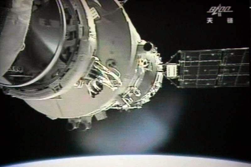 Juin 2012 : amarrage réussi entre le véhicule spatial Shenzhou-9 et le module orbital Tiangong-1. © Centre spatial de Jiuquan, AFP
