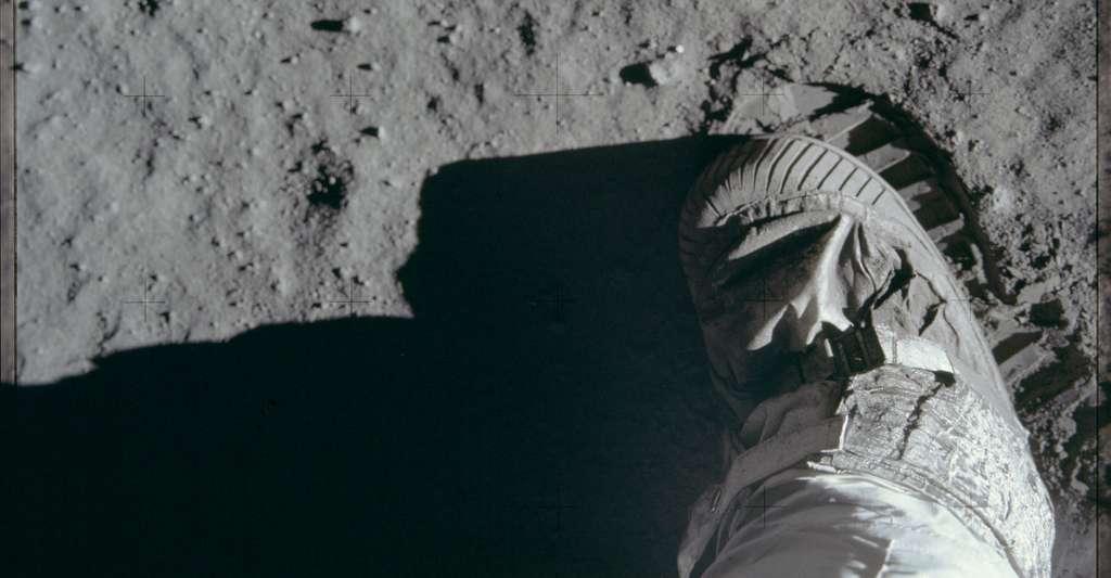 En 2001, un documentaire suivi par 15 millions d'Américains sur Fox TV posait très sérieusement la question : avons-nous marché sur la Lune? Reprenant les arguments conspirationnistes de Bill Kaysing, il a convaincu bon nombre de téléspectateurs que… non! © Project Apollo Archive, Flickr, Domaine public