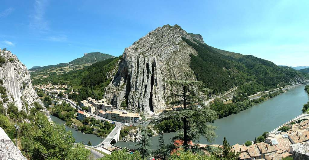 Vue panoramique de Sisteron, le rocher de la Baume. © Calips, Wikimedia commons, CC by-sa 3.0