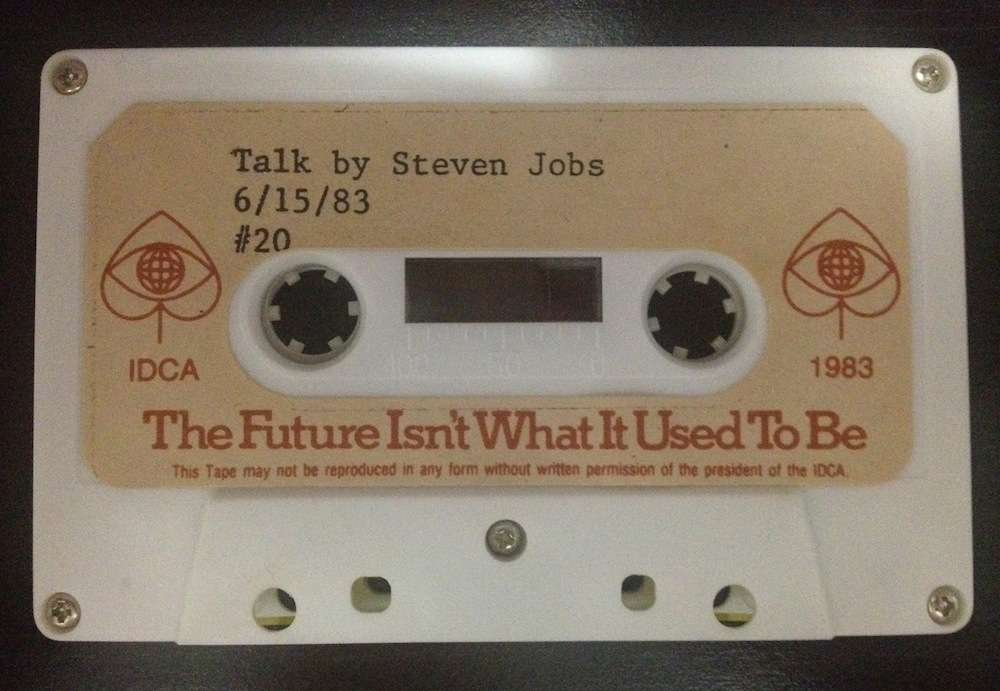 Enregistrement d'une intervention de Steve Jobs à l'IDCA (International Design Conference in Aspen), en 1983, et numérisé par Marcel Brown (pour les jeunes générations, ceci est une « cassette », boîtier assez plat contenant une bande magnétique sur laquelle on pouvait stocker de 60 à 120 mn de Beatles ou de Rolling Stones avant l'arrivée des clés USB et des SD Card). © Marcel Brown