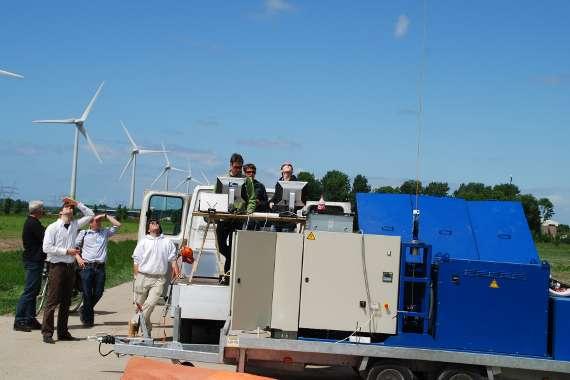 Le moteur-générateur connecté à la voile gonflable se trouve sur la remorque au premier plan. Nous pouvons d'ailleurs observer le câble qui part vers l'aile volante. La preuve est faite : le système Kite Power est mobile ! © Kite Power