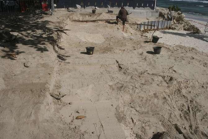 Fouille archéologique à Saint-François, en Guadeloupe, qui a révélé un cimetière colonial de la plage des Raisins clairs. Le chantier se trouve sur le front d'érosion. © Jérôme Rouquet, Inrap