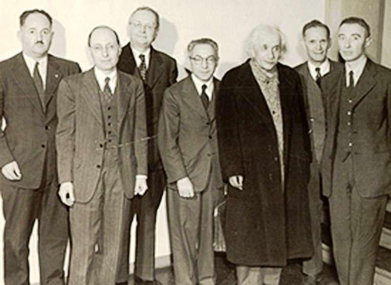 De gauche à droite à l'IAS : Howard Percy Robertson ; Eugene P. Wigner ; Hermann Weyl ; Isidor Isaac Rabi ; Albert Einstein ; Rudolf Walter Ladenburg ; J. Robert Oppenheimer. © 2012 Institute for Advanced Study, Einstein Drive, Princeton, New Jersey 08540 USA