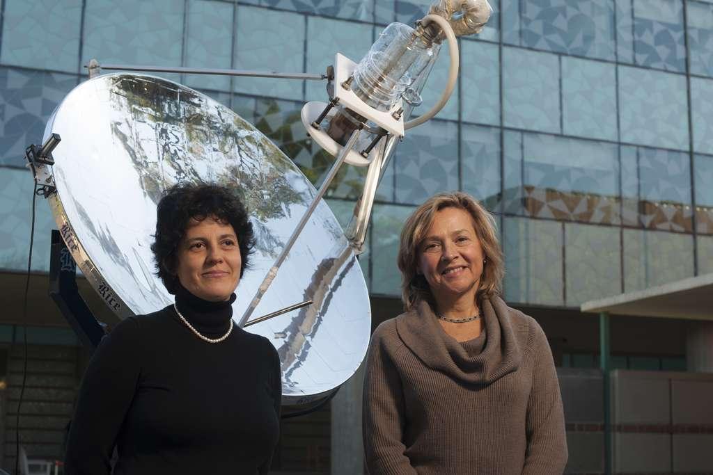 À gauche, l'étudiante de l'université Rice, Oara Neumann ; à droite Naomi Halas, parmi les chimistes les plus cités au monde. Derrière, le tout nouveau bijou du Laboratory for Nanophotonics, le dispositif de vapeur solaire. © Jeff Fitlow