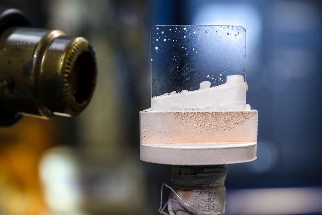 Les scientifiques ont créé cette glace exotique en gelant un flux de molécules d'eau lourde (D2O) sur une plaque de saphir qui est refroidie à environ 25 kelvins dans une chambre à vide. © ORNL, Geneviève Martin