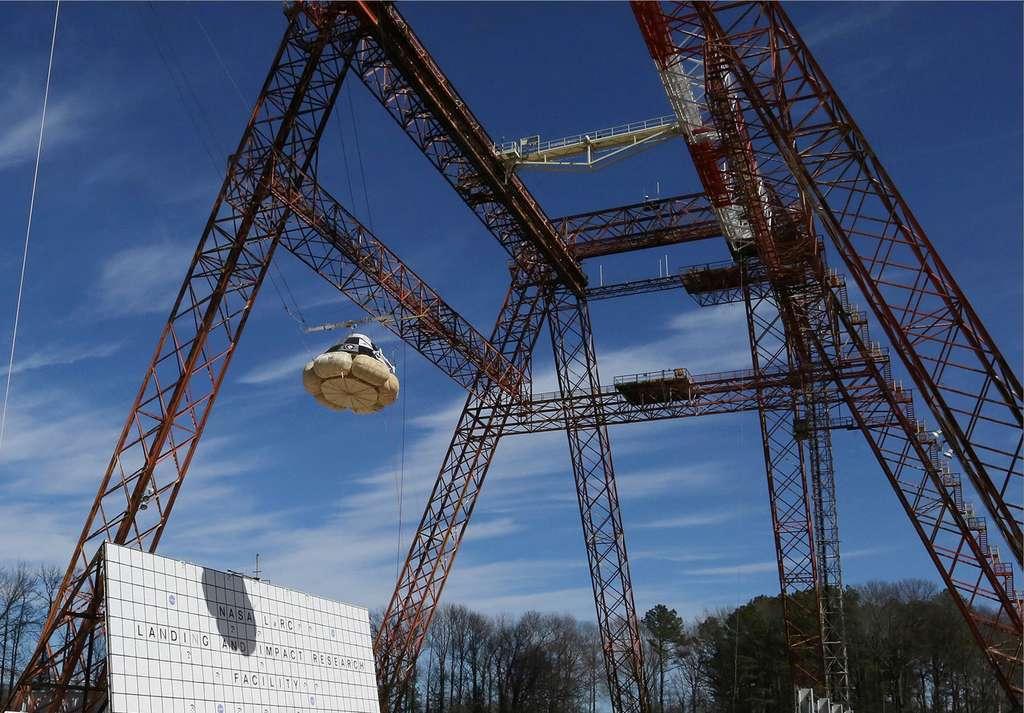 Le Starliner avant son plongeon. La hauteur et l'angle simulent la trajectoire que devrait prendre la capsule lors d'une procédure d'éjection d'urgence du lanceur. © Nasa, centre de recherche Langley
