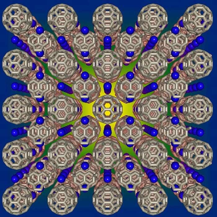 Une vue d'artiste d'un cristal à réseaux cubiques formé de molécules de C60 en forme de ballon de football. Des atomes de césium sont représentés en bleu. © Prassides Kosmas