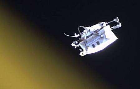 Devenue satellite, la trousse à outils prend le large... Crédit Nasa