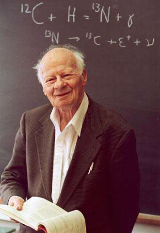 Hans Bethe, grand ami de Gamow. Le prix Nobel de physique, découvreur du cycle CNO faisant briller certaines étoiles, ne fut pourtant pas l'un des auteurs de l'article publié avec son nom et celui d'Alpher (Crédit : Michael Okoniewski).