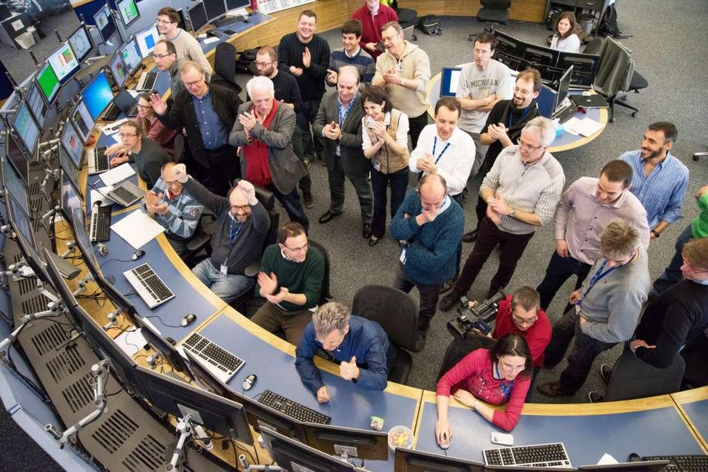 Une vue du centre de commande des accélérateurs du Cern, le CERN Control Centre (CCC). La directrice générale du Cern, la physicienne Fabiola Gianotti, était présente le jour du redémarrage du LHC ce 25 mars 2016. On peut la voir au centre de la photo. © Cern, Maximilien Brice