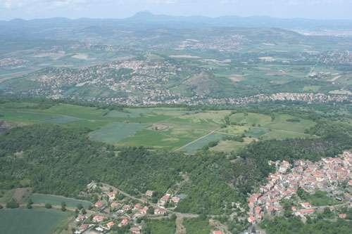 Vue panoramique du Puy de Corent, situé près de Clermont-Ferrand dans le Puy-de-Dôme. © B. Dousteyssier
