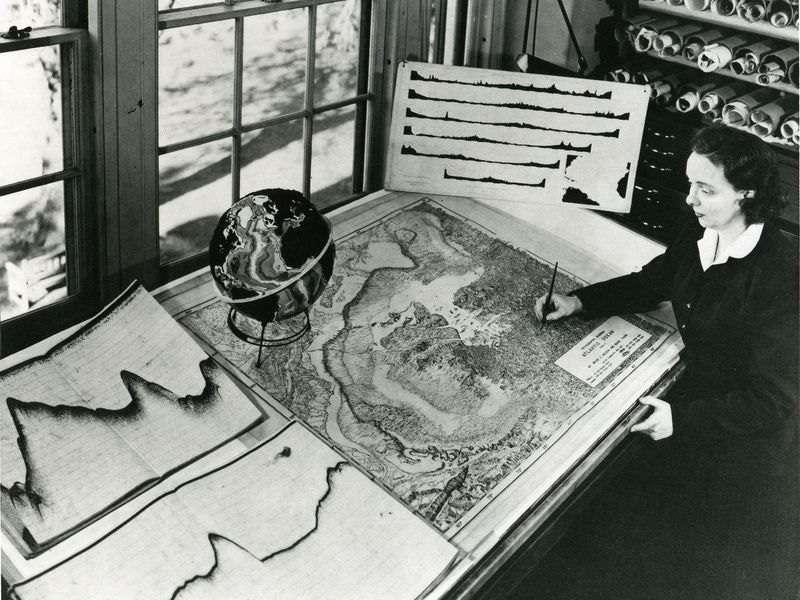 Marie Tharp au travail. © Granger Collection