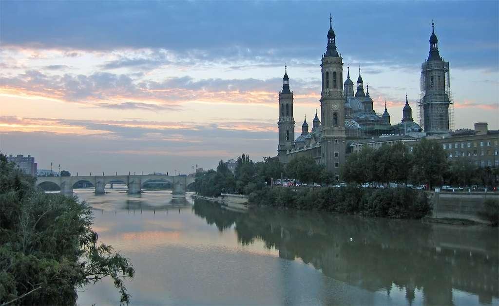 L'Èbre est l'un des fleuves les plus puissants d'Espagne. Il parcourt 928 km, et son bassin versant est de 85.550 km2. C'est aussi le fleuve le plus salé d'Espagne à cause d'une activité humaine intensive. © Benutzer Gisbertn, GNU