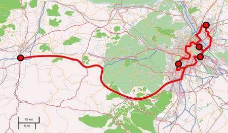 Le terrain de jeu de la démonstration. A droite, les quatre sites installés dans la ville de Vienne. A gauche, celui situé dans à Sankt Pölten, capitale régionale. Les liaisons en fibres optiques (en rouge) sont celles du réseau existant, empruntant notamment une voie à grande circulation entre les deux cités. © Secoqc