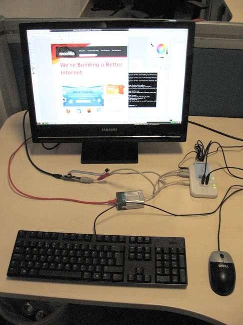 L'ordinateur, c'est la petite chose devant le pied de l'écran, un peu à gauche. Il est branché à l'écran, à une alimentation et à un hub USB. La mémoire de masse est une carte mémoire, SD ou MMC. © Raspberry Pi