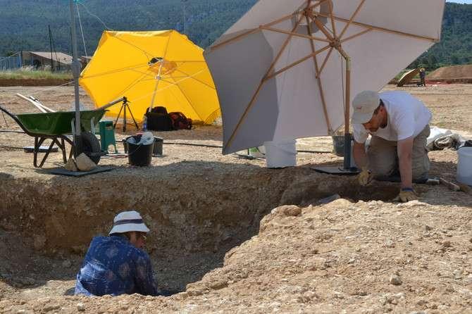 Archéologues dégageant la tombe épipaléolithique (11.000 à 11.500 avant notre ère) découverte sur la fouille de la ZAC des Vigneaux, Cuges-les-Pins. © Suzanne Hetzel, Inrap
