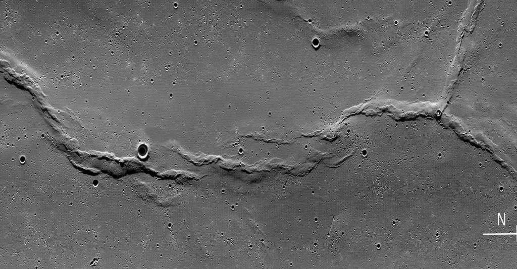 Dorsale lunaire Dorsa Smirnov située sur la face visible de la Lune. © Nasa/LRO LROC Team, DP
