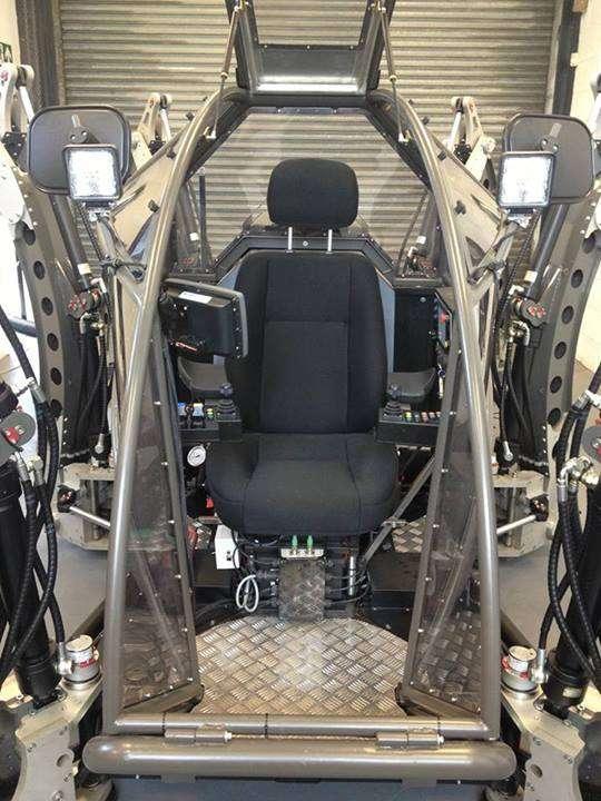 Le poste de pilotage du robot hexapode Mantis. L'engin se contrôle à l'aide des deux joysticks visibles de chaque côté du siège, et de l'écran tactile visible à gauche de l'image. © Matt Denton