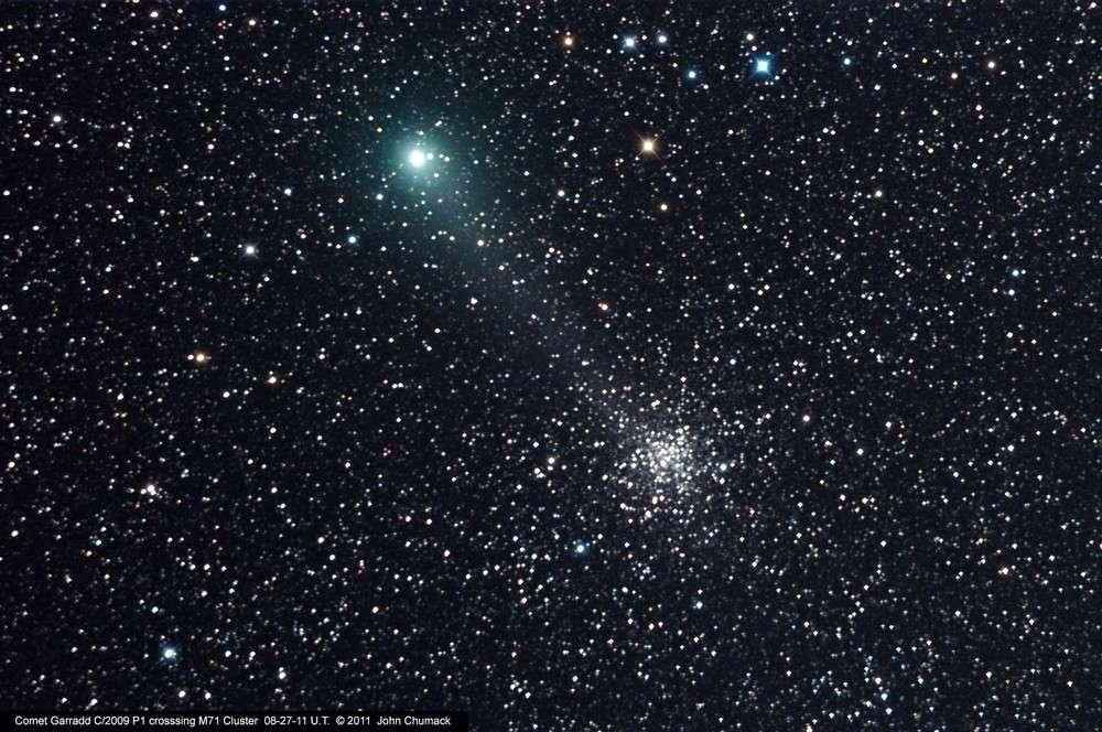 Le 27 août 2011, la comète Garradd (C/2009 P1) passait à proximité de l'amas d'étoiles Messier 71. © John Chumack