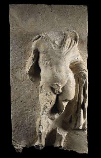 Éphèbe portant la chlamyde sur une stèle de la nécropole d'Aï Khanoum