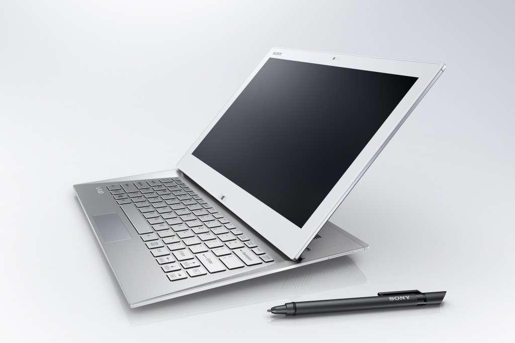 Comme la plupart des autres grandes marques du secteur, Sony tente de proposer un compromis entre la tablette tactile et le PC portable à clavier avec ce format hybride. L'écran glisse vers l'avant et vient se rabattre sur le clavier. L'épaisseur est alors de 19,5 mm. © Sony