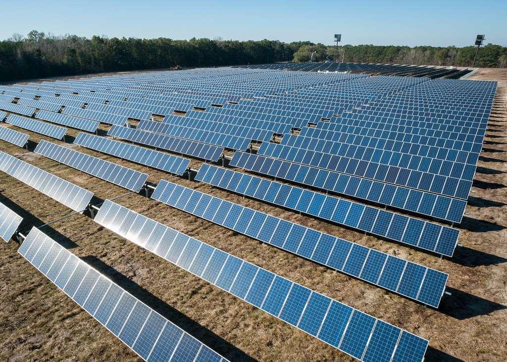 Les panneaux solaires diminuent l'albédo et font augmenter les températures au sol. © American Public Power Association, Unsplash