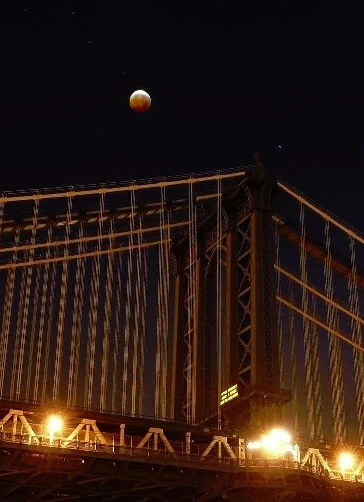 Éclipse de Lune au-dessus du pont de Manhattan. © Timothy Sauder