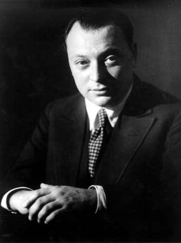 Le prix Nobel de physique Wolfang Pauli (1900–1958) dans les années 1930. On lui doit de nombreuses contributions à la théorie quantique des champs et à la physique des particules, neutrinos, théorème CPT, théorie du spin des électrons, sans parler des théories qu'il avait anticipées (théories de jauge et de Kaluza-Klein) mais dont il ne parlait que dans ses correspondances avec ses collègues. Tout comme Einstein, Heisenberg et Schrödinger, sa pensée et son travail étaient en connexion étroite avec les œuvres de plusieurs philosophes et relevait, comme le disait à son sujet Heisenberg, d'une sorte de mysticisme rationnel. On peut s'en convaincre avec cette déclaration : « Je prône un droit illimité de la raison à contrôler les systèmes de pensée ; cependant, je fais allusion à un mode de connaissance extra-rationnel, qui s'acquiert avec des ressources différentes de la raison. Je pense que ce mode de connaissance extra-rationnel est primordial et essentiel. Il n'y a pas que la pensée, il y a aussi l'instinct, l'émotion, l'intuition, etc., et ces fonctions psychologiques supplémentaires me paraissent de la plus haute importance partout où la plénitude des êtres humains est appréhendée » ; déclaration que complète celle-ci : « J'espère que personne ne soutient encore que les théories sont déduites par des raisonnements logiques stricts tirés de carnets d'expériences en laboratoire, une vision qui était encore tout à fait à la mode à l'époque où j'étais étudiant. Les théories sont construites via une compréhension inspirée par le matériel empirique, compréhension qui est mieux réalisée, en accord avec les conceptions de Platon, comme une correspondance émergente entre des images internes et le comportement des objets externes. Cette possibilité de comprendre démontre à nouveau la présence de dispositions typiques régulant à la fois les conditions intérieures et extérieures des êtres humains ». © Cern