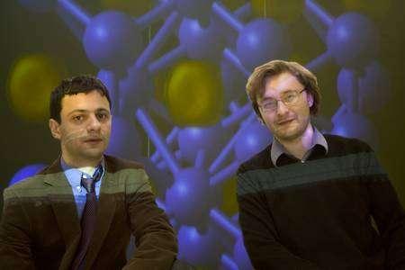 A gauche Artem Oganov et à droite Andriy O. Lyakhov lors d'une conférence sur la structure du sodium à haute pression. Crédit : Stony Brooks University